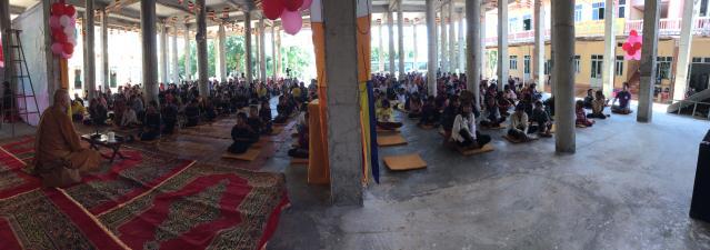 350 Phật tử người Dân tộc đang tu tập
